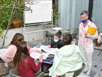 """""""We mogen niet naar school? Dan volgen we wel les op een terrasje"""": cursisten volwassenenonderwijs ijveren met ludieke actie voor terugkeer naar contactonderwijs"""