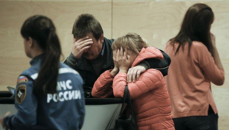 Nabestaanden treuren in een hotel bij het vliegveld van St.-Petersburg. Beeld Dmitry Lovetsky / AP