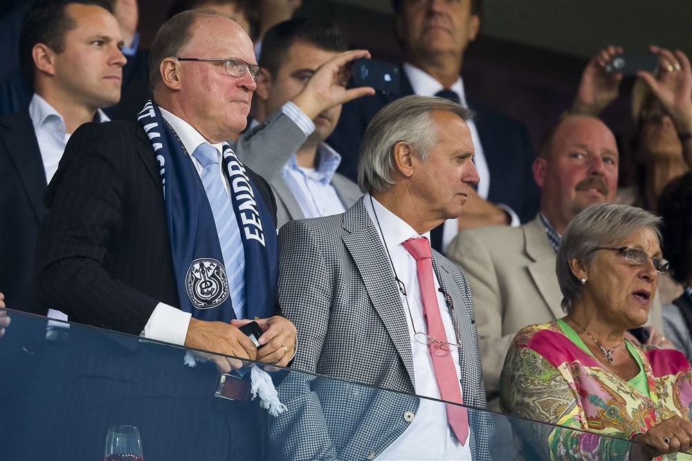 Willy van de Kerkhof (links) en Willy van der Kuijlen (midden) kijken in 2013 naar PSV.