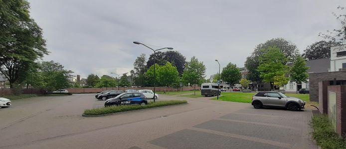 Overzicht van het terrein Het Vaticaan aan de Hoogstraat in Veghel. In het midden twee camperparkeerplaatsen waarvan er eentje in gebruik is.