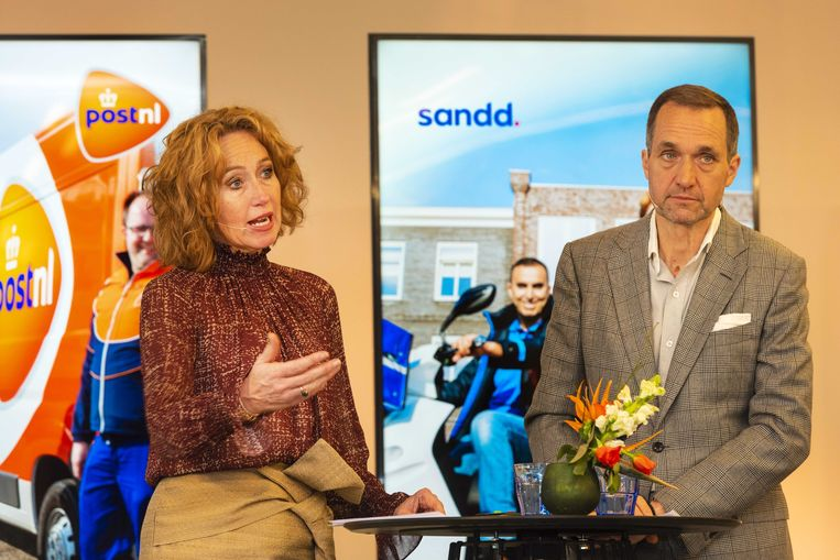 Herna Verhagen, CEO van PostNL en Ronald van de Laar, directeur van Sandd Holding. Beeld ANP