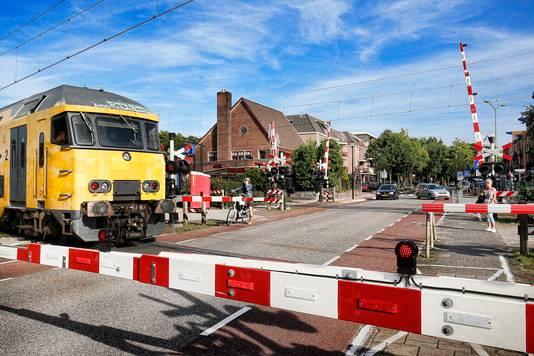 Spoorwegovergang naast station Den Dolder.