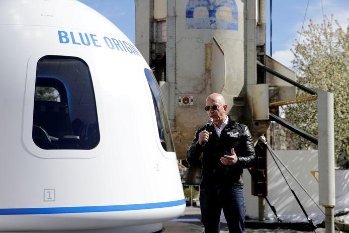 Jeff Bezos licht zijn plannen toe aan de pers.