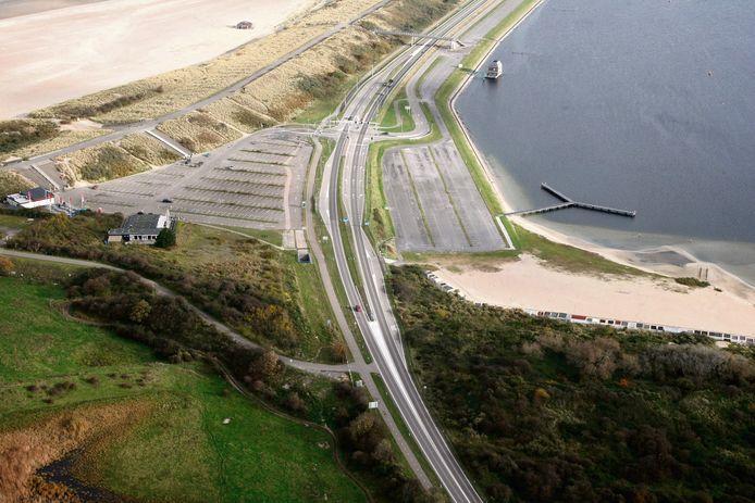 Het parkeerterrein bij de Veerse Dam bij Vrouwenpolder Foto Rijkswaterstaat / Joop van Houdt  N57 Walcheren