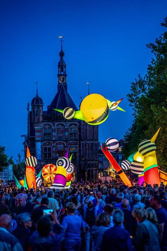 Bezoekers van het festival op de Brink, met op de achtergrond De Waag, het oudste waaggebouw in Nederland.