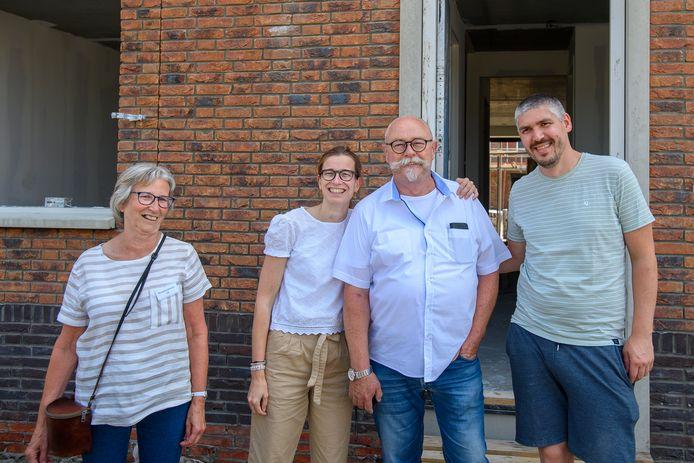 Jan en Hannie Futselaar en dochter Suzanne wonen straks vlak bij elkaar. ,,Zo fijn om een van je kinderen dicht in de buurt te hebben.''