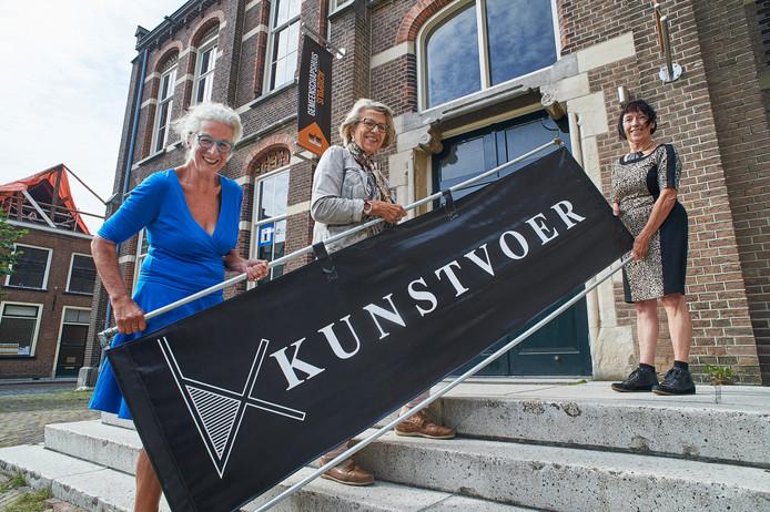 Willemijn Denissen (rechts) doet al 20 jaar mee met de expositie Kunstvoer in Megen. Links Jeannine de Jong en in het midden Coby Neomagus.