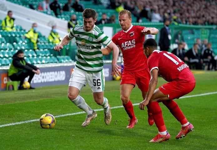 Anthony Ralston van Celtic in duel met Dani de Wit en Zakaria Aboukhlal.