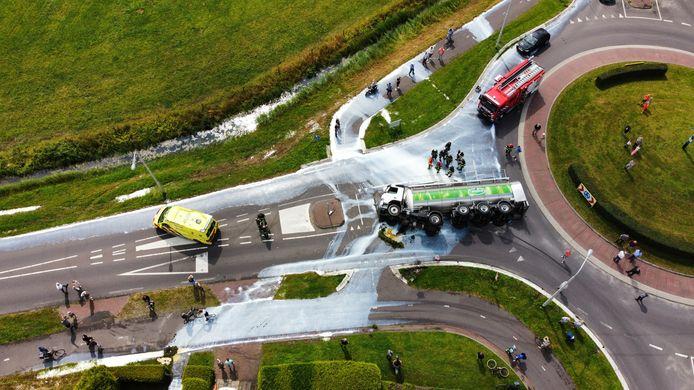 Een grote rommel nadat een vrachtwagen van FrieslandCampina kantelt.