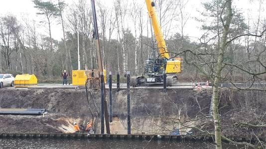 De afgelopen dagen werden al diverse voorbereidende werkzaamheden uitgevoerd op de plek waar de brug moet komen, onder meer met een grote kraan.