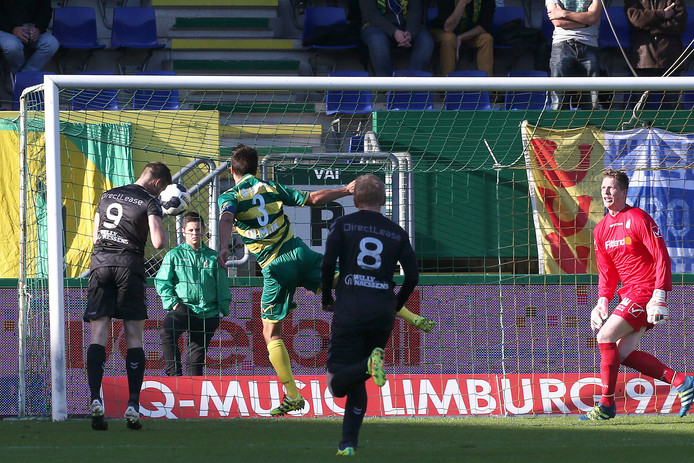 Johan Voskamp knikt de 1-0 binnen voor RKC
