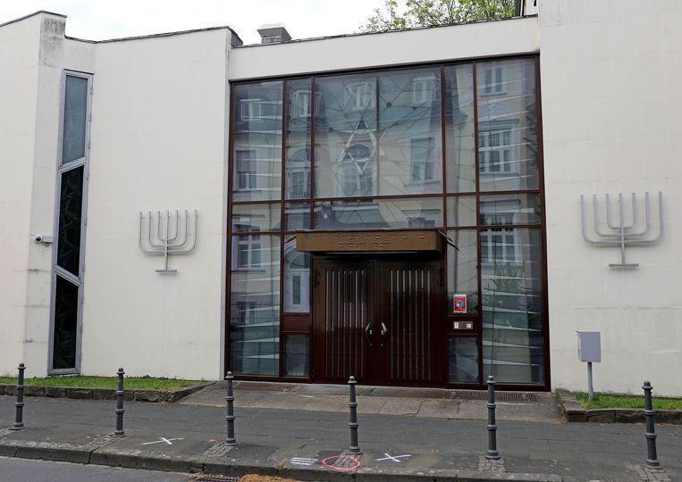 De synagoge in Bonn waar dinsdagavond Israëlische vlaggen werden verbrand.  Beeld Oliver Berg/dpa