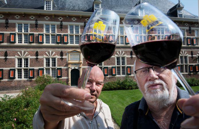 Steven Hulst (links) en Evert Obdeijn proosten bij het Marechausseemuseum op een geslaagd Chateau voor Buren komende zondag.