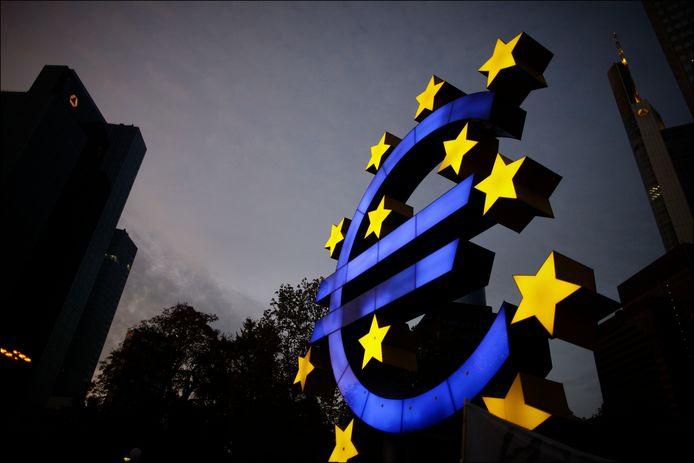 Het Euro-standbeeld voor de Europese Centrale Bank in Frankfurt.