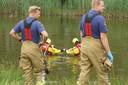 Brandweerlieden in waadpakken gaan op onderzoek uit.