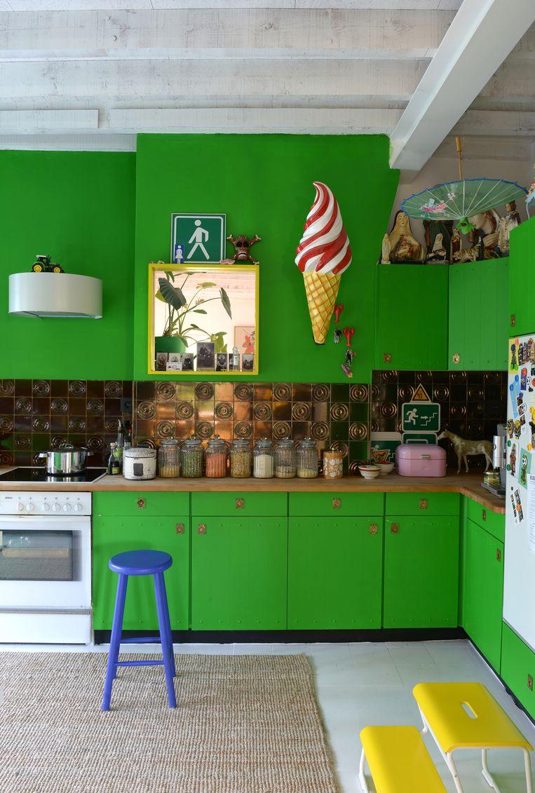 De keuken werd niet vervangen, maar kreeg een vrolijke lik verf. Beeld Jean-Marc Wullschleger/ Living Agency