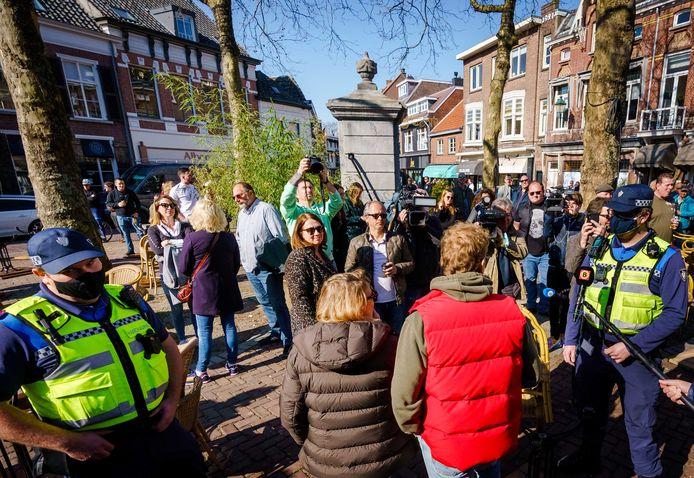 Handhavers op de Ginnekenmarkt in Breda