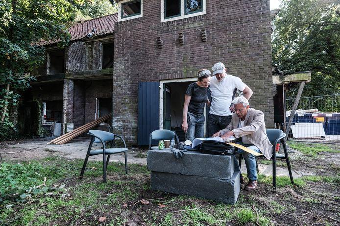 Judith Michorius en Arjen Sombekke met architect Koos ten Hag (rechts) voor het verhabbezakte landhuis.