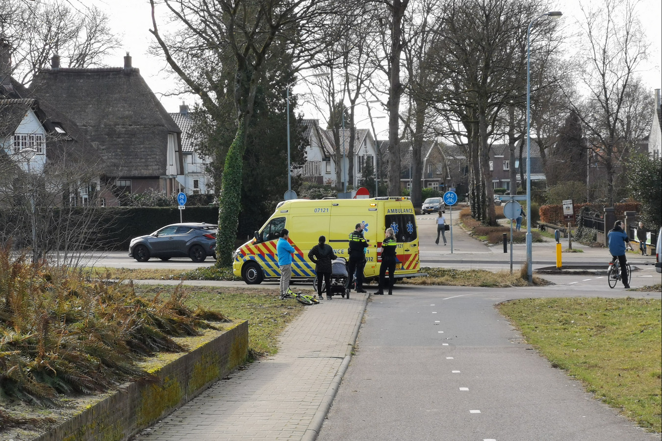 De ambulance is ter plaatse na het ongeluk in Ede.