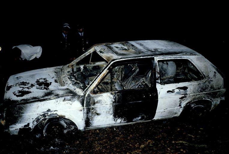 Uitgebrande wagen na de moorden in de Delhaize in Aalst. Beeld photo_news