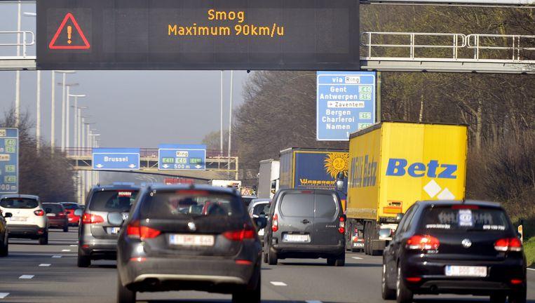 Omwille van het smogalarm geldt op heel wat plaatsen een beperking tot 90 kilometer per uur. Die beperking zou permanent moeten zijn rond Gent, vindt het GMF. Beeld BELGA