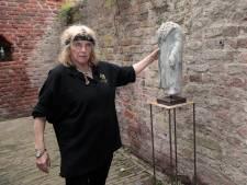 Kunstenares 'Madonna' Bierenbroodspot valt voor ruïne Heenvliet