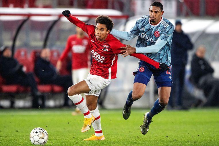 Calvin Stengs (AZ, links) in duel met Sebastian Haller van Ajax. Beeld Guus Dubbelman / de Volkskrant