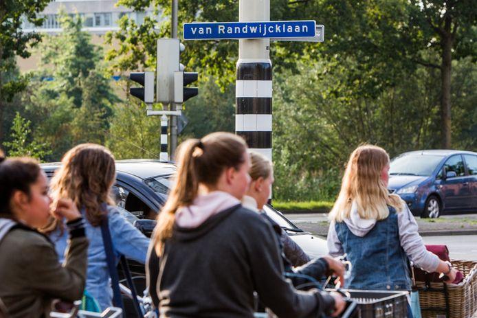 Jongeren op de fiets op een drukke kruising in Amersfoort.