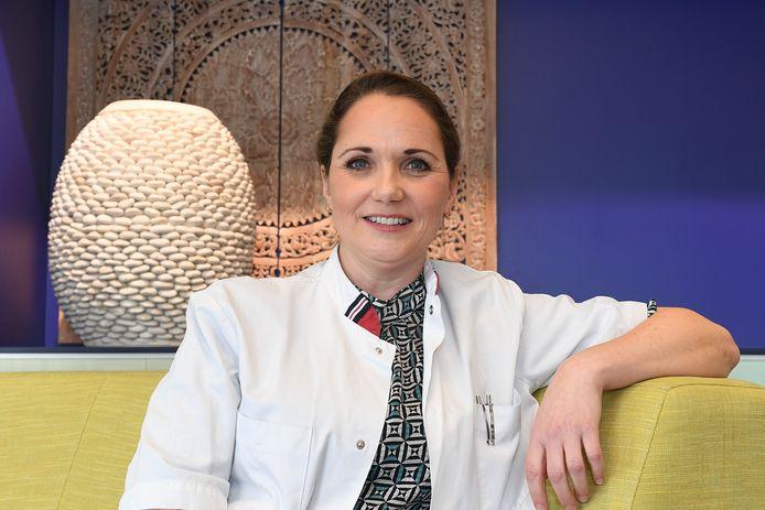 Oncologisch chirurg Janneke Berlage: ,,Het is patiëntvriendelijker. Je kunt veel nauwkeuriger opereren, waardoor je minder van de gezonde borst hoeft weg te snijden.''