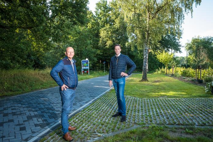 Hans Sonneveld  en Frank Nico Hogeweg zijn kopers van woningen in het Hattemse Loo. Na koop van hun huis kregen ze opdracht hun inrit te versmallen en te bestraten met ontoegankelijke grasbetontegels.