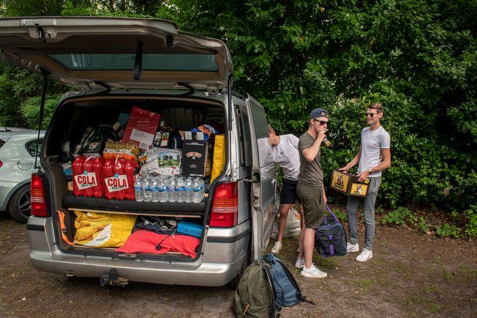 """Seb, Bjorn en Joep gaan een paar dagen op de camping staan. ,,Dit is maar voor één dag hoor, morgen moeten we weer halen."""""""
