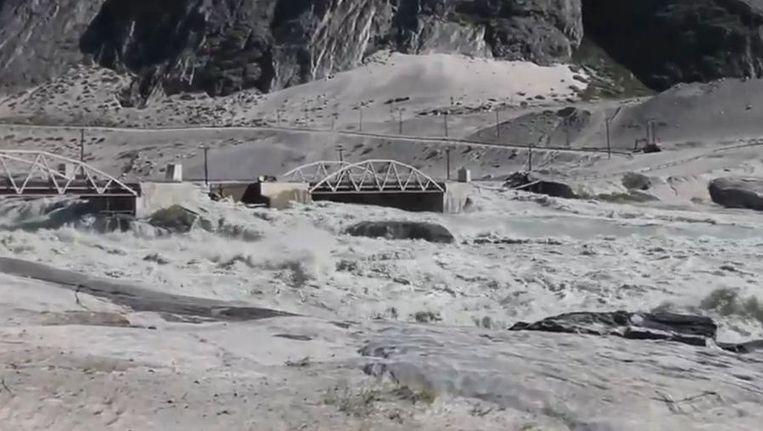 De brug die verwoest werd door het water. Beeld youtube