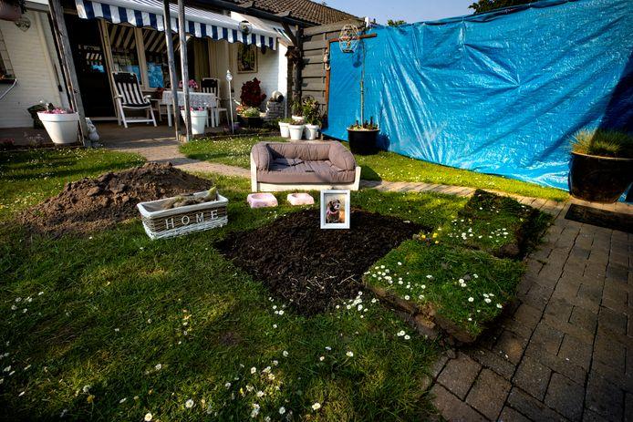 Het graf van hond Neeltje van Jan en José Bartels in Lierop. Het paar heeft een blauw zeil gespannen om het gezamenlijke  plantsoen met de buurman af te schermen.