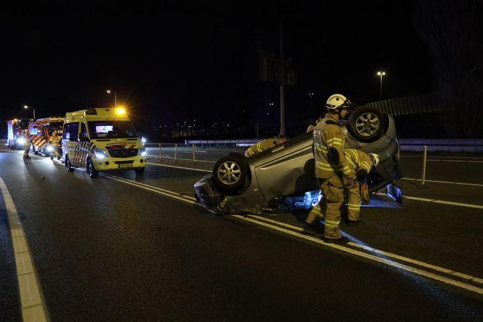Een automobilist is gewond geraakt bij een ongeluk op het Velperbroekcircuit in Arnhem. Zijn auto sloeg over de kop bij een aanrijding met een busje in de richting van Duitsland.