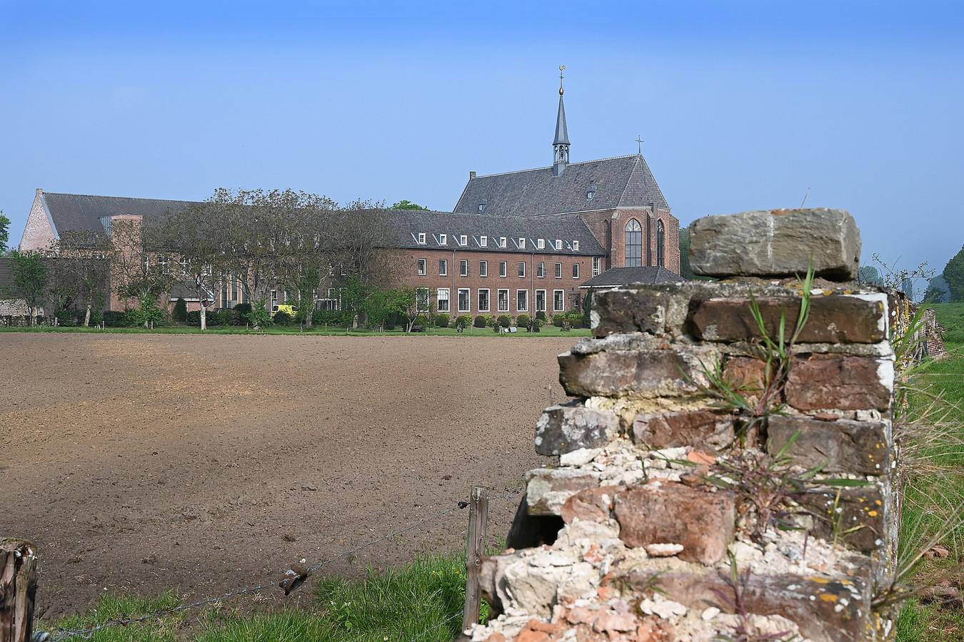 Het kruisheren klooster met kerk in Sint Agatha.