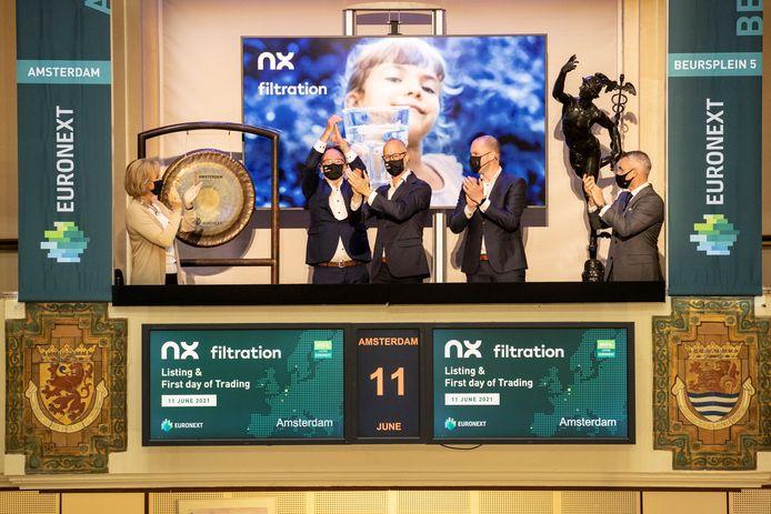 NX Filtration oprichter Erik Roesink (tweede van links) juicht bij de eerste notering. Naast hem directeur Michiel  Staatsen (met bril) en Frank van Roij van investeerder Infestos uit Enschede.