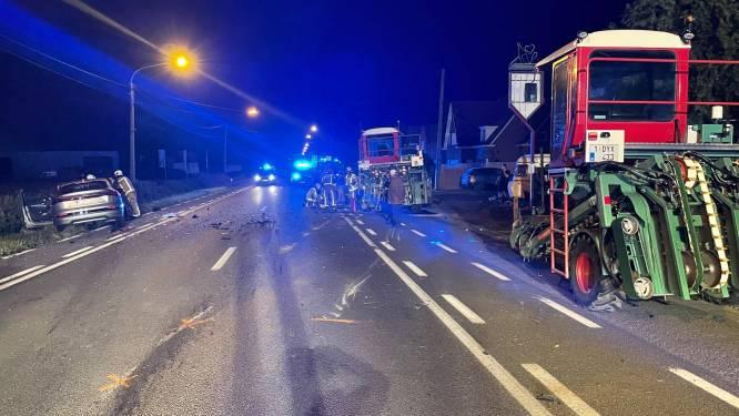 Auto haalt ene tractor in, maar knalt op de andere: twee gewonden
