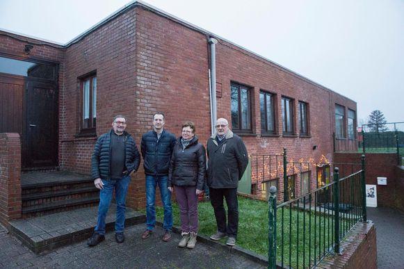 Lucien Timmerman, Gert Vranken en Elvira Vos van de kerkfabriek met Ludo Husquet, de voorzitter van de vzw van de parochiezaal.