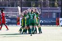 De vrouwen van ADO vieren de beslissende treffer (3-2) van Nikki IJzerman tegen FC Twente.