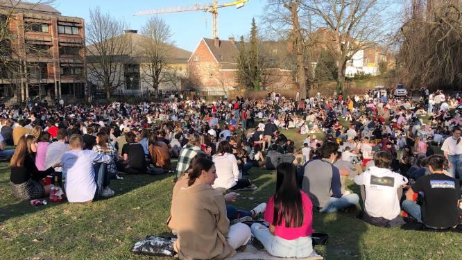 """Corona lijkt in Leuven niet meer te bestaan: politie moet stadspark vol studenten afsluiten: """"We doen het beter fout buiten, dan fout binnen, toch?"""""""