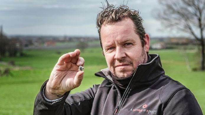Kunstenaar Jan Fieuw met het pijlpuntje dat hij vond. Het puntje is gemaakt van silex en dateert uit de periode tussen 2.400 en 1.600 voor Christus.