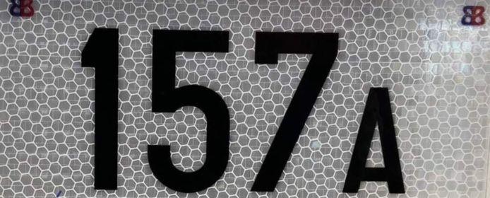 De nieuwe reflecterende huisnummers moet je afhalen tussen 3 en 31 mei.