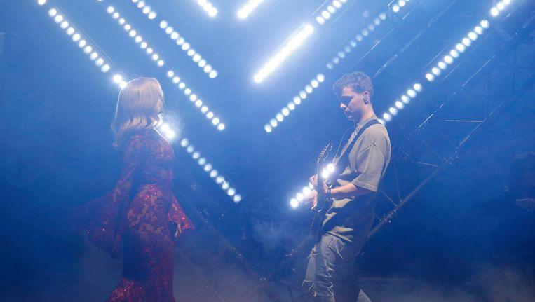Dj Martin Garrix op gitaar tijdens zijn optreden met Bebe Rexha tijdens de MTV EMA awards. Beeld reuters