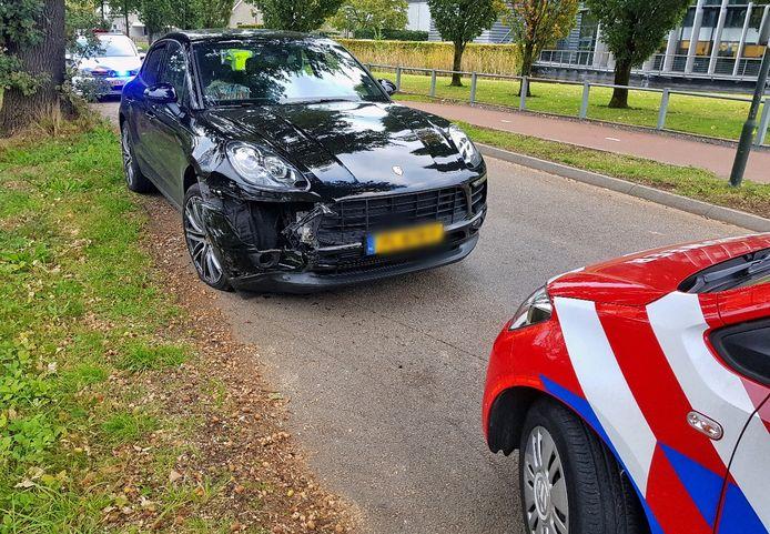 Op de kruising Bedrijfsweg/Kerkhovensestraat in Oisterwijk botsten twee auto's frontaal tegen elkaar.