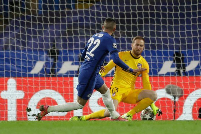 Hakim Ziyech scoort op aangeven van Timo Werner en maakt zijn eerste goal in het blauwe thuisshirt van Chelsea.