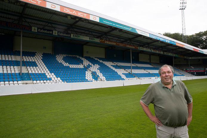Voorzitter Hans Martijn Ostendorp voor de geschilderde stoeltjes van De Vijverberg.