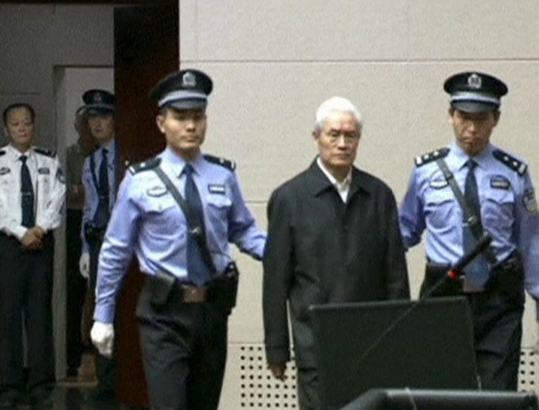 Zhou Yongkang in de rechtbank in Tianjin in China. Beeld null
