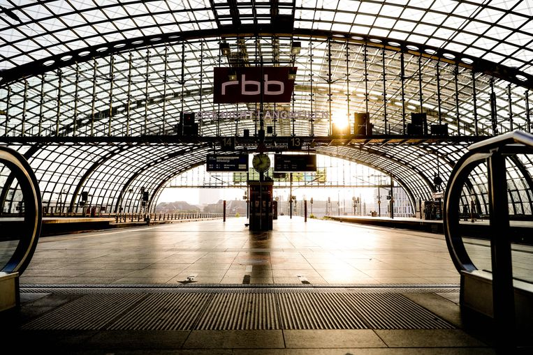 Een leeg Centraal Station in Berlijn, door stakingen van medewerkers van Deutsche Bahn (DB). Beeld EPA, Filip Singer