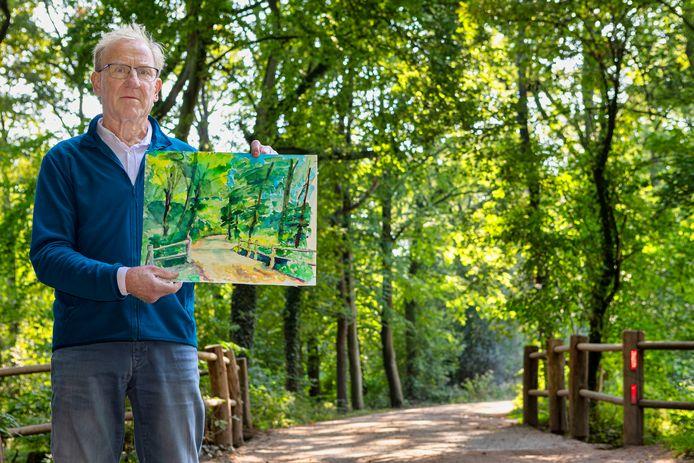 Peter van Tilburg schildert aquarellen. Het werk wat hij hier in zijn handen heeft schilderde hij op deze locatie in de bossen bij Goirle.