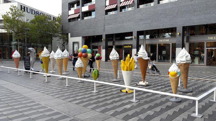 Het Museum van de Anonieme Sculptuur op het Pieter Vreedeplein. Voor dit kunstwerk hebben de Tilburg Cowboys de ijssculpturen van cafetaria's uit heel Tilburg geleend.